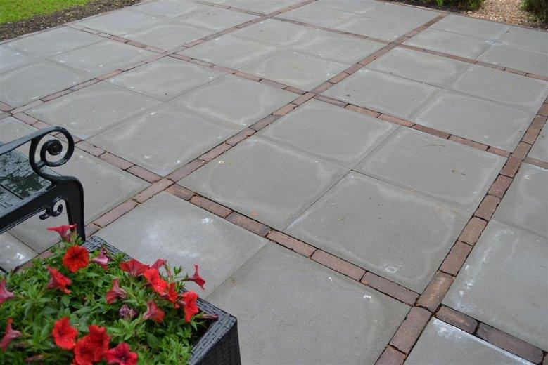 Aanleggen bestrating stenenentegels - Dek een terras met tegels ...